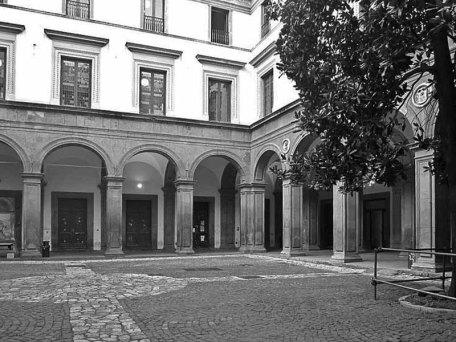 800px-Napoli_-_CortilePalazzo_Gravina.jpg